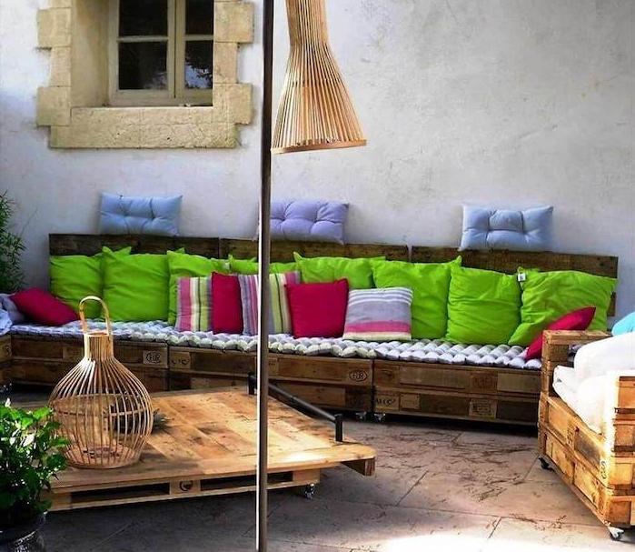 decoration jardin avec canapé long en palettes et table à roulettes palette, deco style méditerranéen, maison ancienne