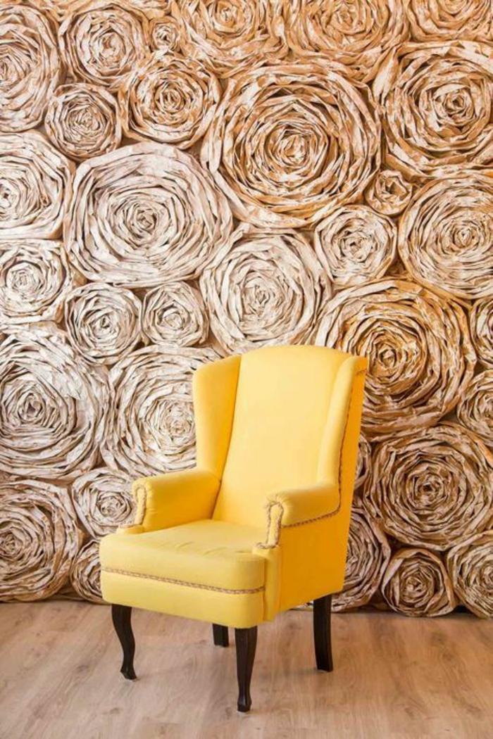 idee deco mur, deco murale, decoration murale design, tapis mural, grandes roses en papier mâché, en couleur or, ambiance arty de luxe, grand fauteuil en tissu jaune et bois noir