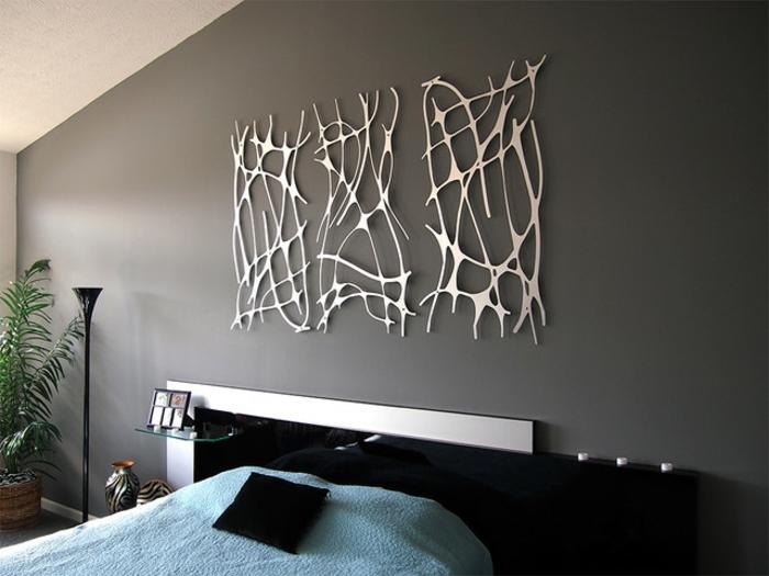 deco murale, decoration murale design, mur peint en gris taupe avec trois applications en métal couleur argent, motifs abstraits avec des lignes graphiques