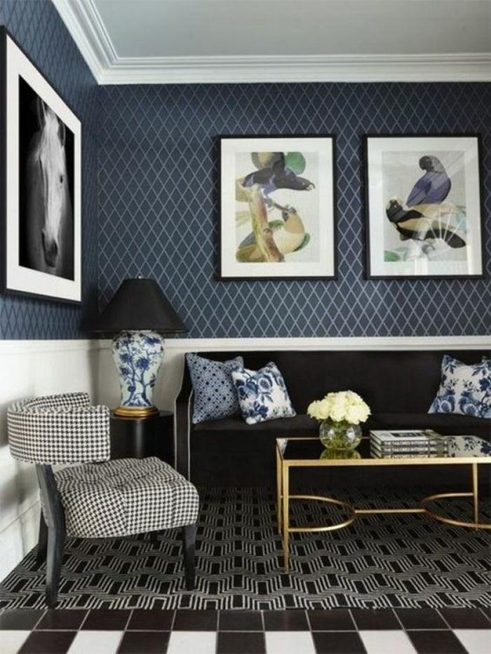 deco mural, tapis mural, papier peint aux petits losanges en bleu et blanc, tapis aux motifs graphiques noirs et blancs, fauteuil design en carreaux blancs et noirs avec des pieds en bois noir