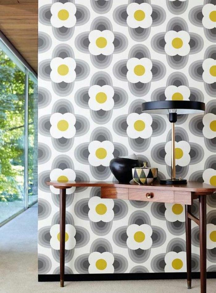 déco murale, idee deco mur, papier peint avec des marguerites en blanc, jaune et gris, aménagement minimaliste, meuble d'entrée en bois marron poli, sol en dalles imitation marbre blanc, luminaire de table avec abat-jour fin en métal noir