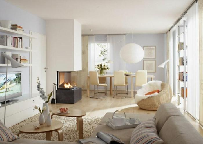 salon et salle à manger, table et chaises scandinaves, cheminée murale originale, meuble tv et bibliothèque