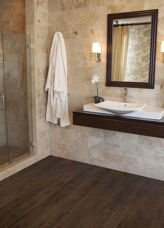 carrelage de salle de bain mural beige et sol imitation parquet faux bois