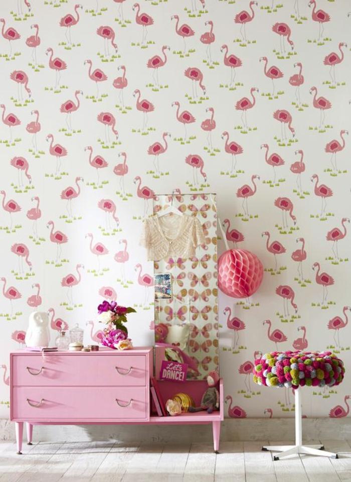 deco mural, décoration murale chambre, oiseau flamant rose, chambre de fillette, meuble de rangement en rose bonbon, parquet blanc, pompon en carton ose accroché sur le miroir