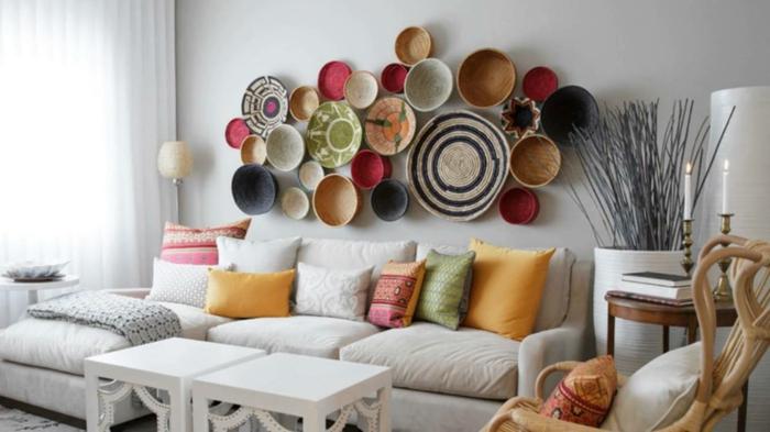 paniers en paille tressée colorés, un pan de mur cool, habiller un mur d'objets ethno, décoration murale salon, application d'une belle composition, canapé blanc avec des coussins colorés