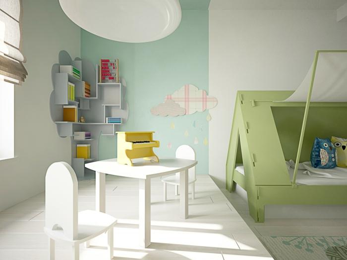 chambre d'enfants avec des murs en blanc et en vert pastel, meubles blancs, lit en réséda en forme de maison avec toit, tapis en blanc et réséda, decoration murale design