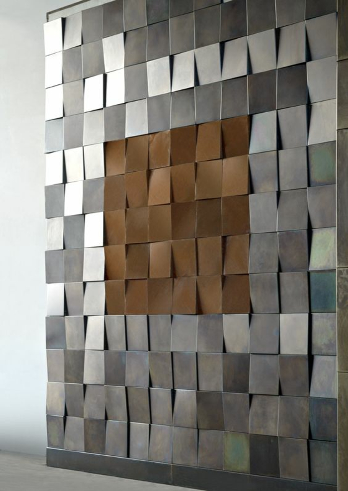 un mur en plaques en métal en couleur argent et bronze, style arty, decoration murale design, idee deco mur, habiller un mur, reflets métalliques