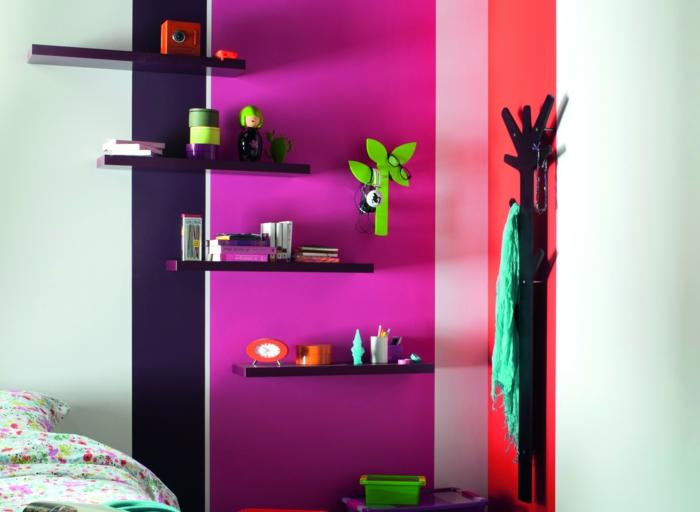 des murs en rayures en couleurs flashy, déco murale en nuances fluo, decoration murale design, étagères noires, porte-manteaux en forme d'arbre en noir