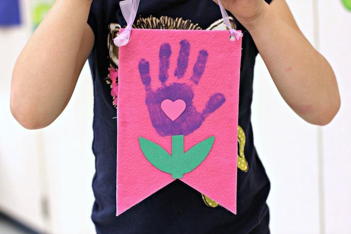 une decoration murale en feutrine avec empreinte de main, bricolage fête des mères maternelle simple