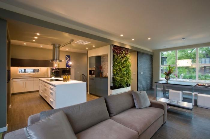 grand sofa gris, cuisine en blanc et taupe, mur végétal, sol boisé, decoration salon peinture élégante
