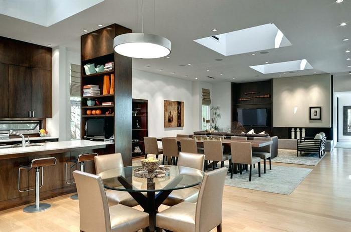 salon et salle à manger en gris et taupe, table ronde en verre, petite cuisine équipée, salon avec grande table rectangulaire