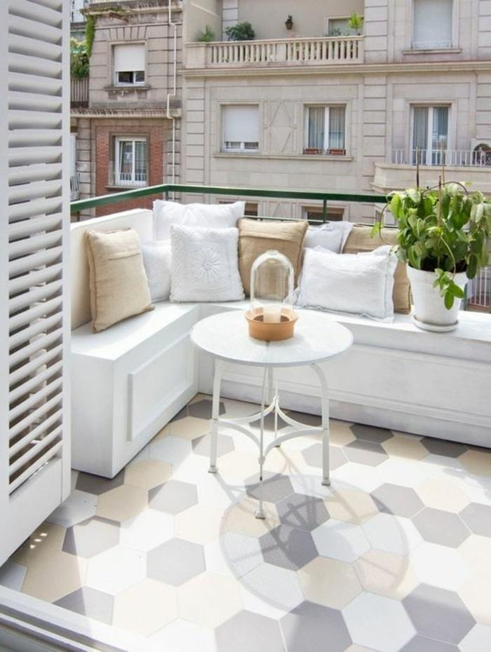 decoration terrasse exterieur, idee deco terrasse, canapé blanc en bois PVC, carrelage hexagonal en jaune et gris, table haute et ronde en métal blanc, ambiance chic