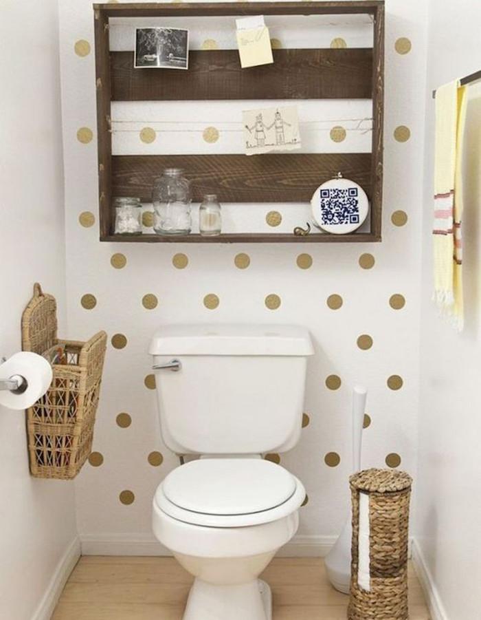 déco wc simple et original style rustique avec papier peint pois or sur blanc et étagère diy en bois