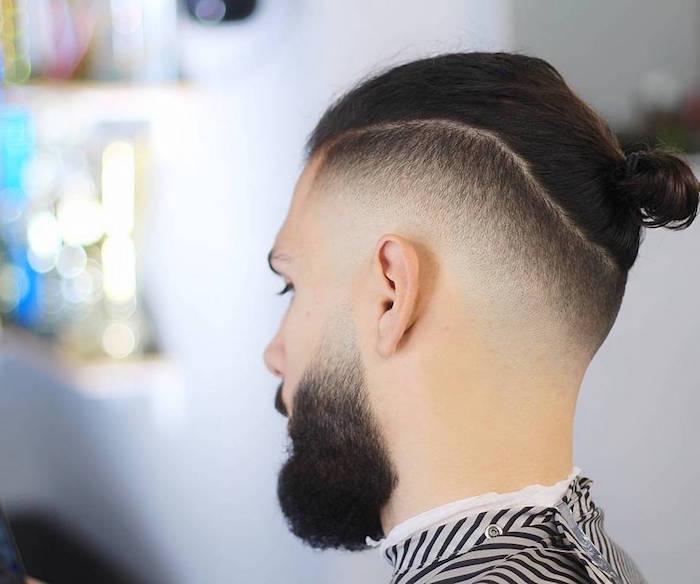 coiffure chignon homme man bun avec cotés en dégradé américain court et barbe avec fondu court