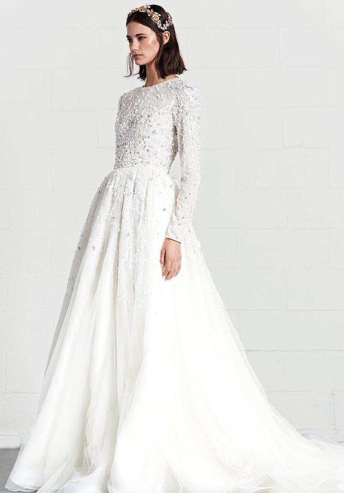 robe de mariée hiver traditionnelle avec des manches longues, jupe évasée et multitude de pierres