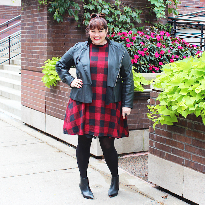 idée de veste en cuir style rock, robe grande taille à carreaux noir et rouge, des bas noirs et bottes noires,