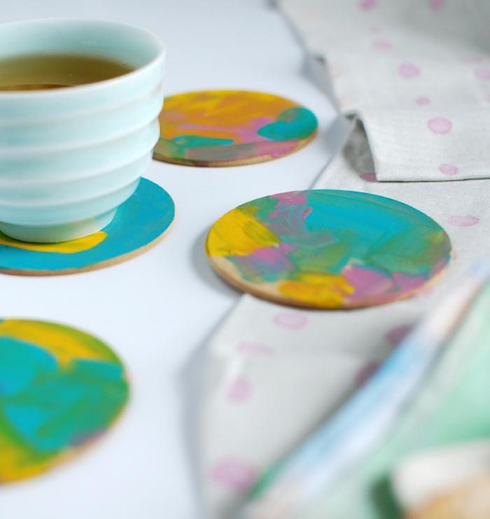 dessous de verres diy colorés de peinture pour tasses de café et thé, activite fete des meres simple
