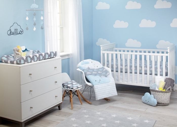 revêtement mural en papier peint bleu avec nuages blanches, déco de chambre nouveau-né avec mobilier blanc