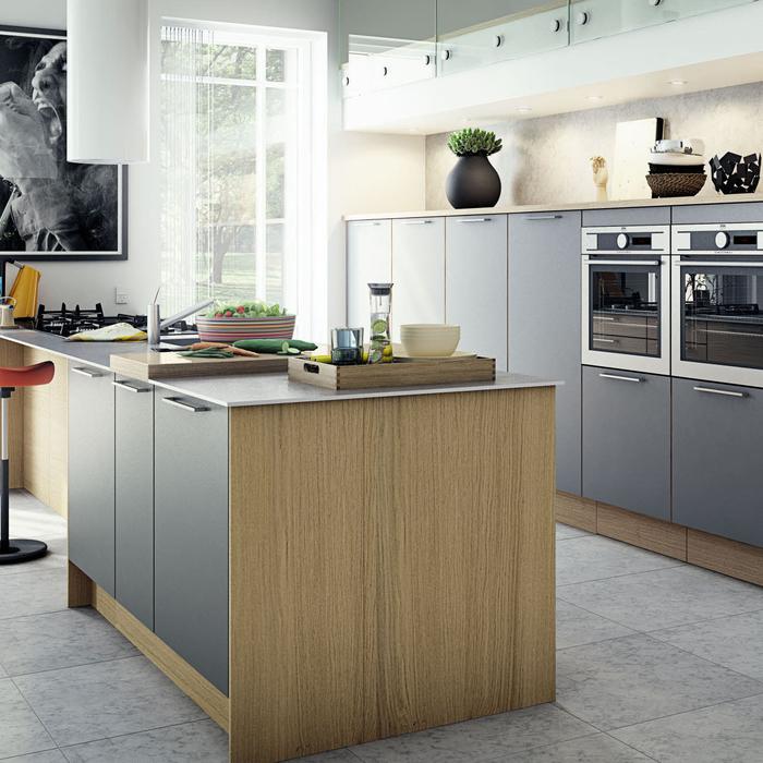 cuisine grise et bois au design contemporaine équipée de placards hauts en finition matte et d'un îlot central fonctionnel et etshétique