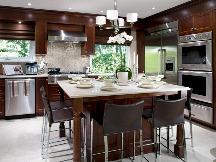 ilot central de cuisine chaleureuse en bois, chaises confortables autour de l'îlot table, plafonnier blanc