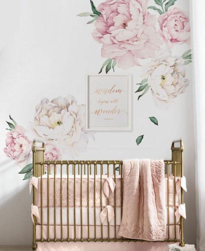 décoration murale chambre aux motifs pivoines grandes en blanc et rose, lit fillette bébé en nuances bronze, ambiance douce romantique