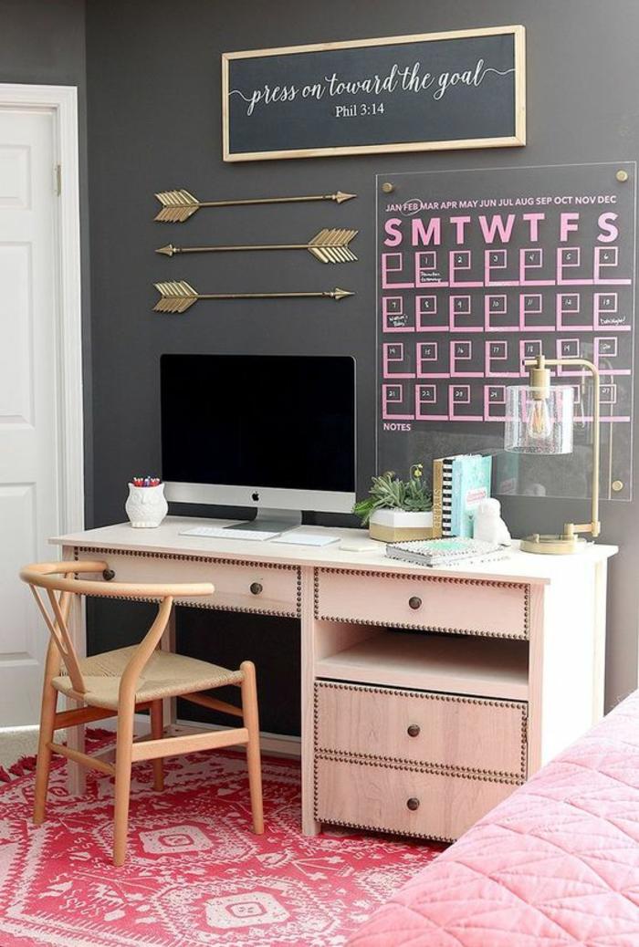 décoration murale chambre, idee deco mur, tapis au sol en rose et blanc, mur peint en gris pastel, calendrier en verre avec des inscriptions roses, bureau bois clair PVC et chaise en bois clair, couverture rose bonbon pour le lit