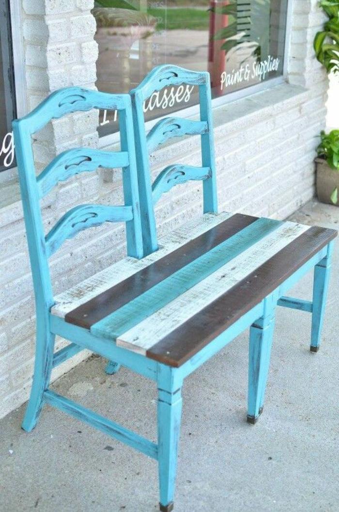 banc en palette avec deux chaises en bleu pastel réunies, meubles pour l'espace extérieur d'un bar brasserie, banquette en palette
