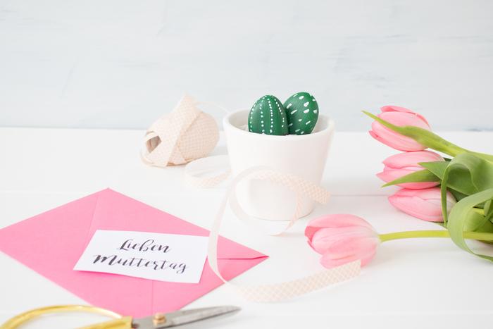 des galets peints-cactus en pot , idée de cadeau fête des mères à fabriquer avec des galets