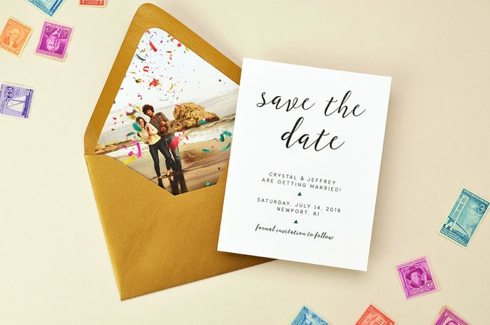 un simple modèle de faire part de mariage monochrome assorti avec une enveloppe à doublure personnalisée avec une photo de couple