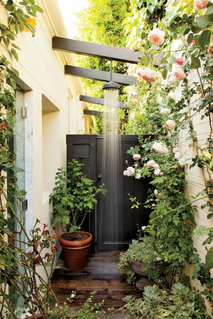 douche extérieure, decorer son jardin, jardin paysager, roses grimpantes au mur blanc, grand pot de terre cuite avec plante verte, ambiance rétro romantique