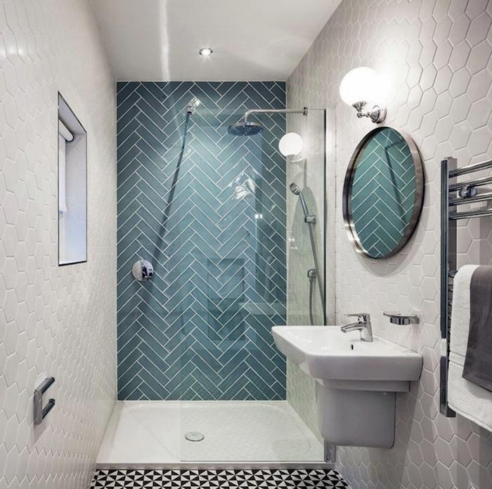 salle de bain bicolore blanc bleu avec douche italienne dans le fond