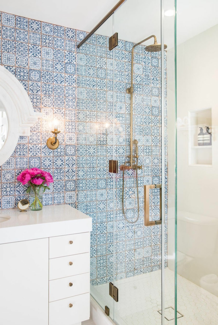aménager une petite salle de bain à l'italienne avec mosaique et plomberie dorée