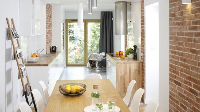 design moderne aux murs blancs avec décoration pan de mur en briques rouges, modèle de petite cuisine ouverte