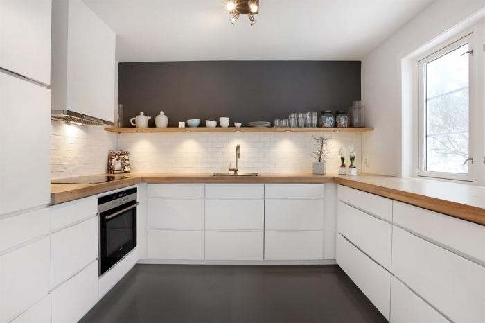 exemple de cuisine grise et blanche à design moderne et minimaliste avec crédence à briques blanches et éclairage sous meubles de bois