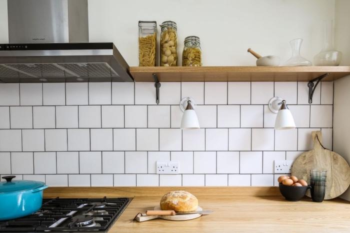 deco cuisine traditionnelle avec équipement moderne, comment combiner le comptoir de bois clair avec crédence blanche