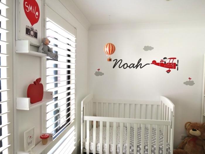 rangement pour jouets et accessoires vertical de bois peint en blanc pour une idee deco chambre garcon blanche