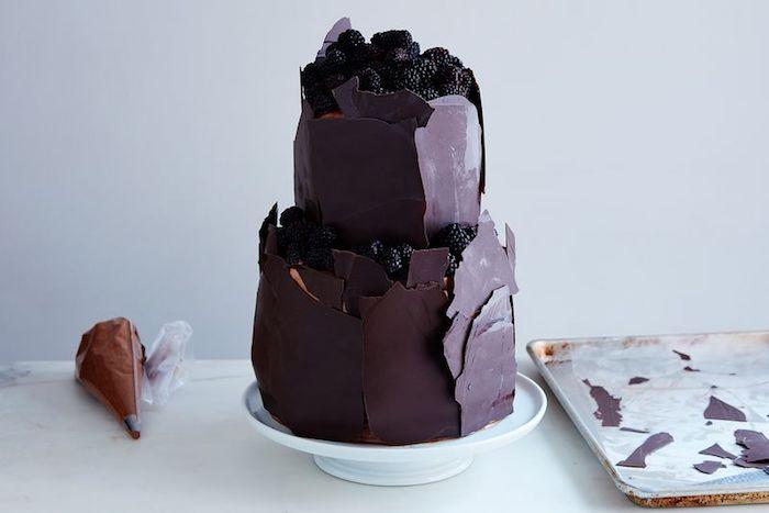 Le plus délicieux gateau d'anniversaire au chocolat original gateau a etage chocolat à grand morceaux