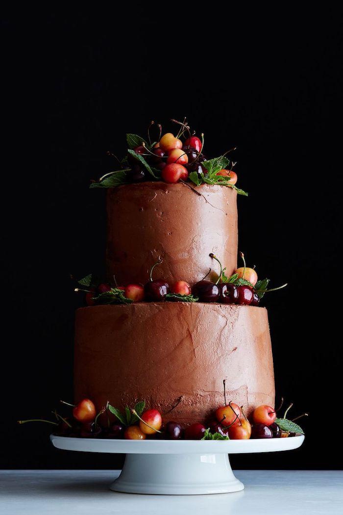 Gateau au chocolat anniversaire gateau anniversaire chocolat aux étages décoré de cerises délicieux gateau d anniversaire pour grand nombre d'invités