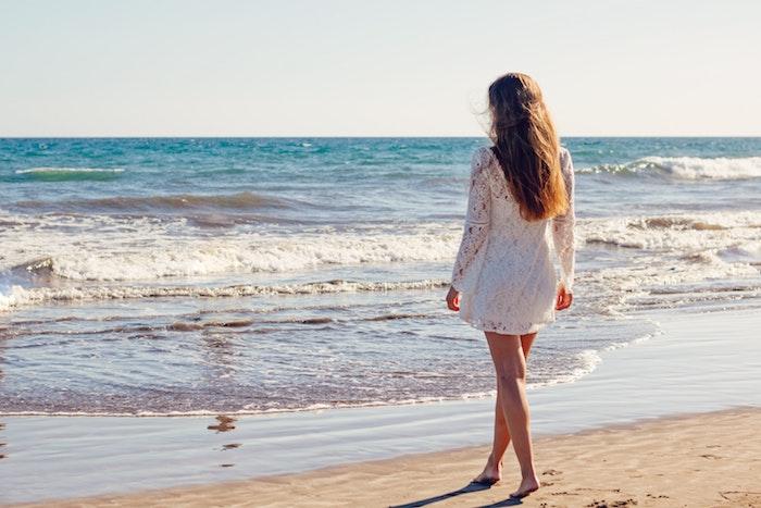 Adopter le style bohème robe blanche boheme longue robe blanche boheme femme été plage photo de vacances au bord de la mer
