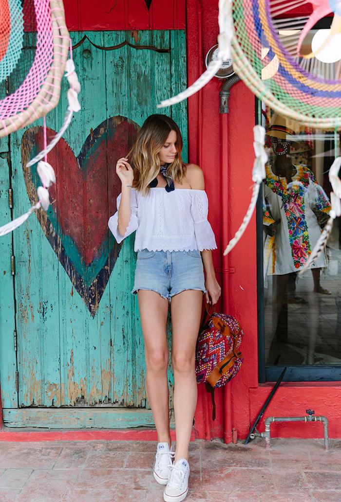 Pantalon courte mom basket blanche converse tenue jean short et basket classe tenue décontracté chic vacances