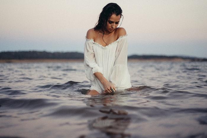 Belle femme se plonger dans la mer photographie artistique femme robe blanche bohème
