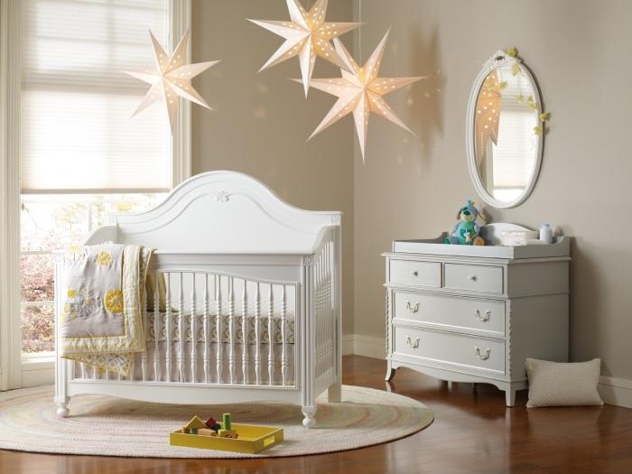 joli modèle d'éclairage pour une chambre nouveau-né mixte en forme de lampes suspendues à design étoiles