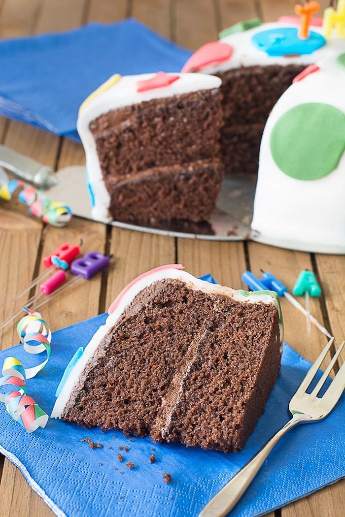 Cake moelleux au chocolat gateau d'anniversaire chocolat beau dessert couvert de fondant coloré couches chocolat