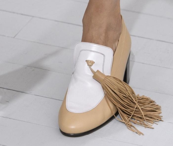 idée pour choisir chaussure été femme à design neutre de couleur blanc et beige avec joli déco en tassel à frange
