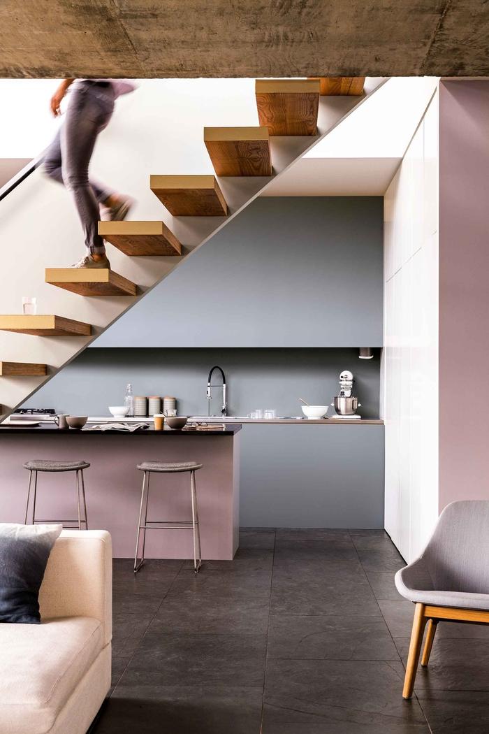 cuisine gris et rose au design contemporain ultra épuré, aménagée sous escalier, quelle couleur pour les murs d'une cuisine grise et rose