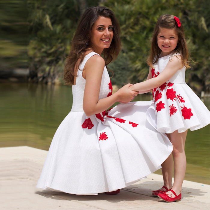 Tenue de fete robe de soirée cérémonie elegance féminine tenue maman et enfant robe blanche avec fleurs rouges tenue rouge et blanc