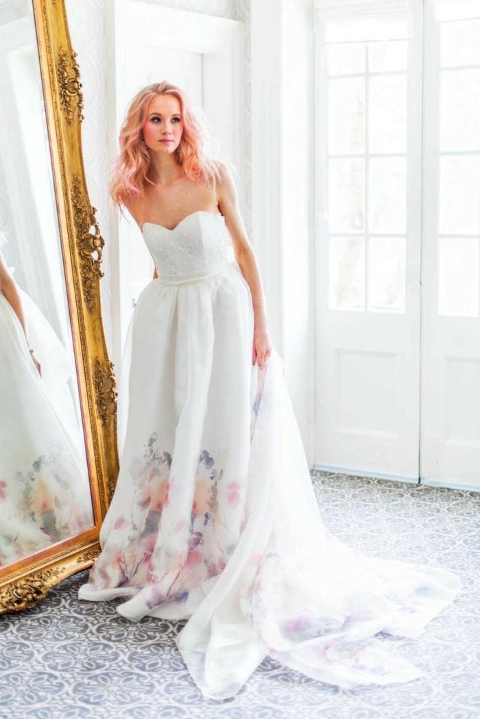 Robe de marie simple bohème tendance de cette année robe de mariée fleurie robe bustier blanche avec fleurs couleurs pastels