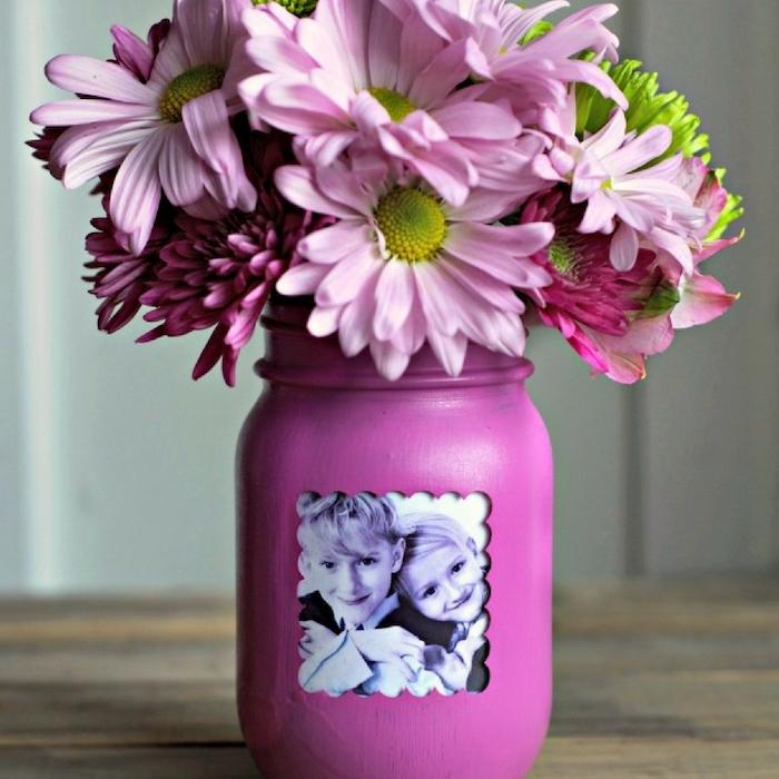 vase fabriqué dans un pot de fleur mauve avec photo d enfant et bouquet de fleurs rose et mauve, cadeau fête des mères maternelle