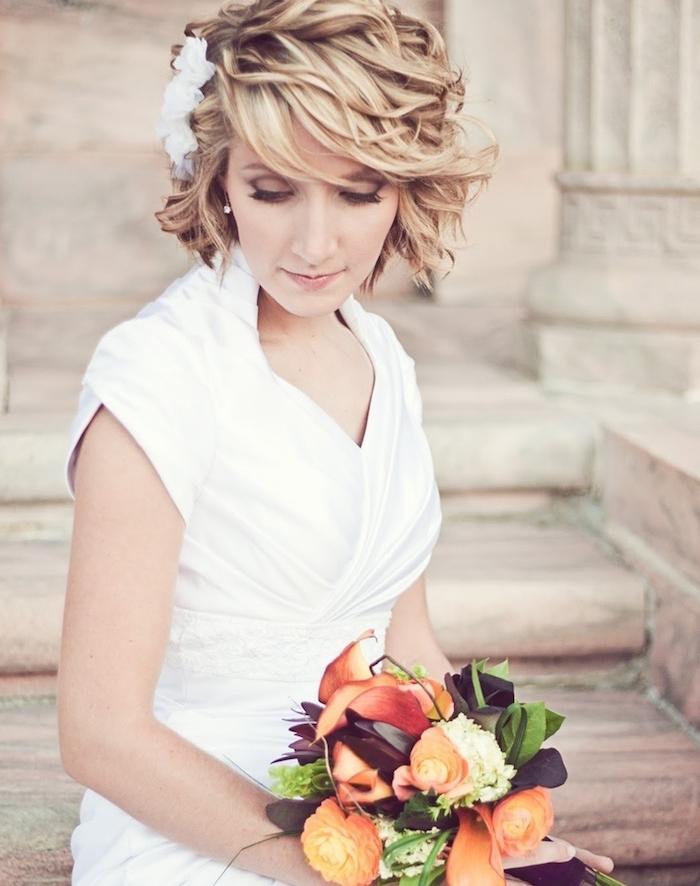 carré court ondulé avec des boucles boheme chic et fleur blanche de coté de la tete, comment créer du volume de cheveux