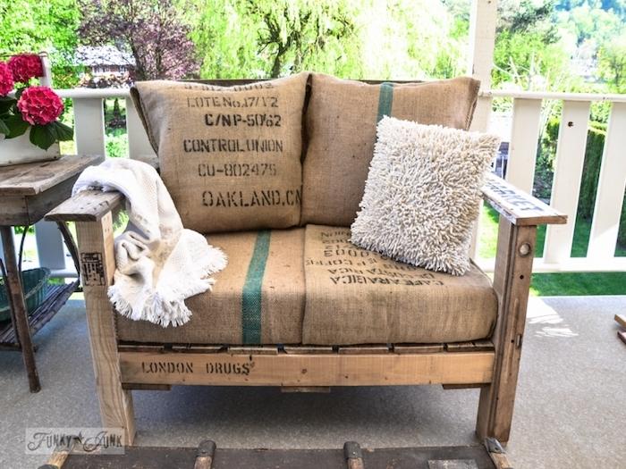 modèle de banquette palette pour votre salon de jardin avec des coussins d assise recouverts de toile de jute
